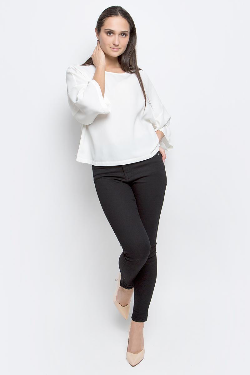 Блузка женская Baon, цвет: молочный. B197030. Размер S (44)B197030_MilkЖенская блузка Baon выполнена из 100% полиэстера. Модель с круглым вырезом горловины и рукавами 3/4 сзади застегивается на пуговицу.