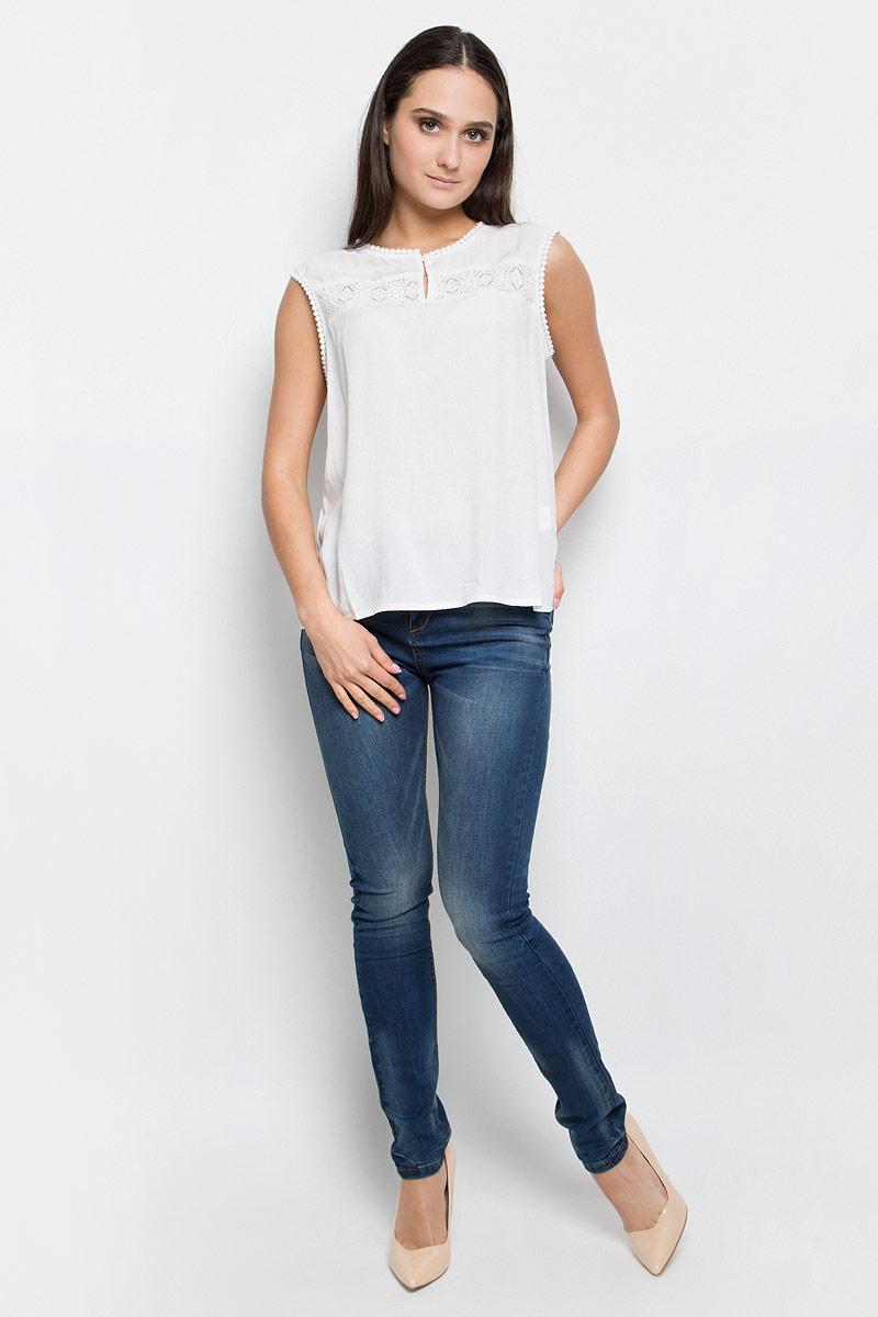 Блузка женская Baon, цвет: белый. B267035. Размер L (48)B267035_MilkЖенская блузка Baon выполнена из 100% вискозы. Модель с круглым вырезом горловины спереди застегивается на пуговицу.