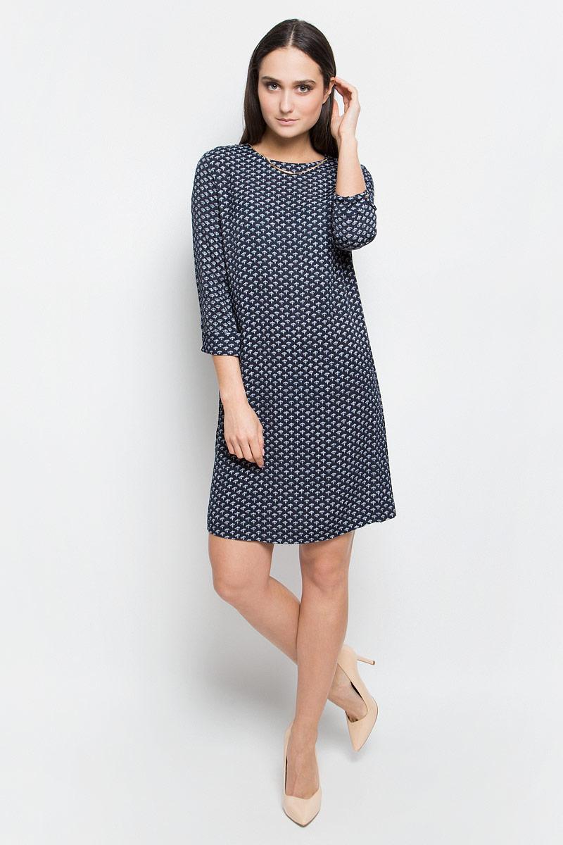 Платье Baon, цвет: темно-синий. B457022. Размер M (46)B457022_Dark Navy PrintedПлатье Baon выполнено из 100% вискозы. Модель средней длины с рукавами длиной 3/4 имеет круглый вырез горловины. Платье застегивается на застежку-молнию на спинке. Манжеты рукавов изделия украшены декоративными пуговицами, у горловины платье дополнено несъемной декоративной металлической цепочкой. Модель оформлена контрастным цветочным принтом.