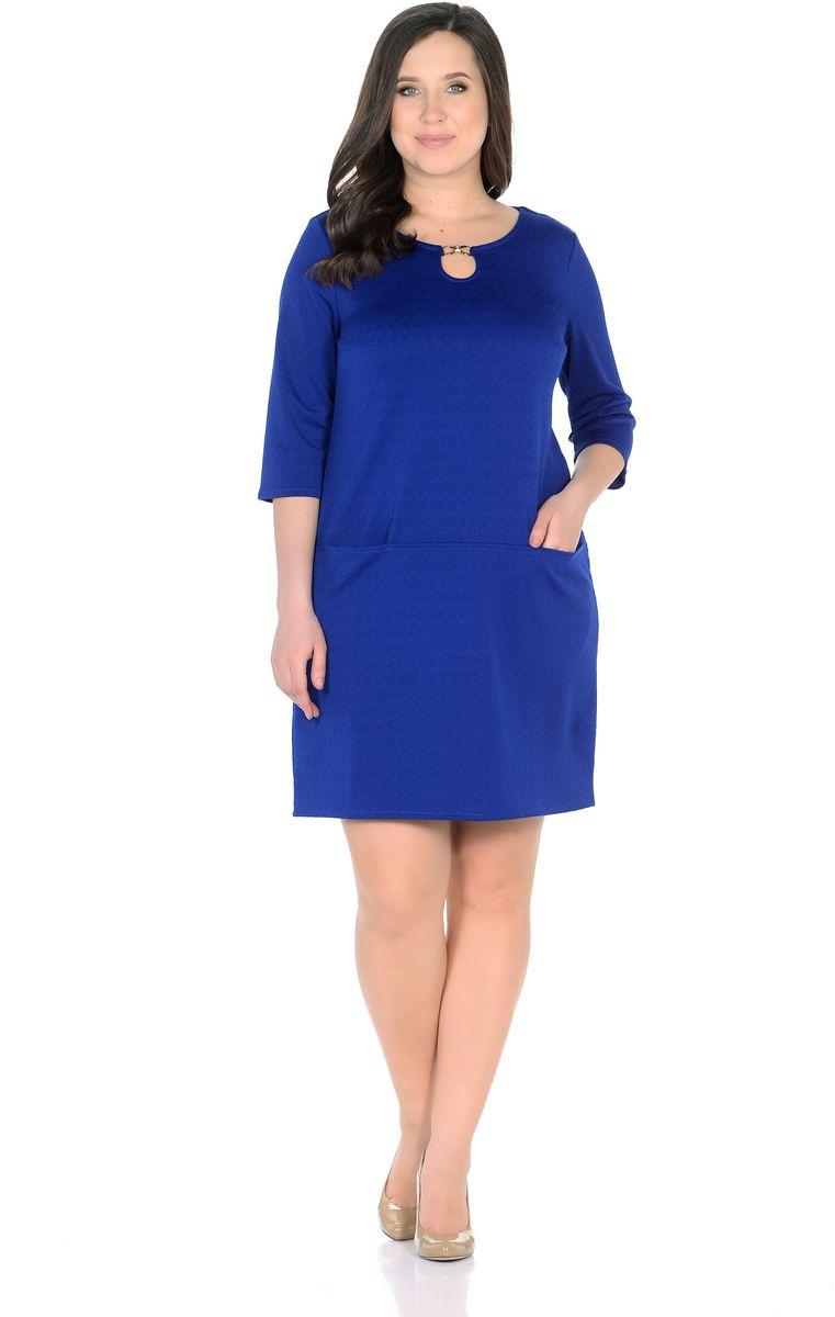 Платье Rosa Blanco, цвет: синий. 33191-11. Размер 5233191-11Модное платье Rosa Blanco станет отличным дополнением к вашему гардеробу. Модель изготовлена из сочетания качественных материалов. Платье-миди прямого силуэта выполнено с с короткими рукавами 3/4 и круглым вырезом горловины. С внешней стороны вырез горловины украшает пряжка в виде капельки с вкраплениями из страз. Модель не имеет застежек. Перед платья оснащен двумя втачными кармашками.