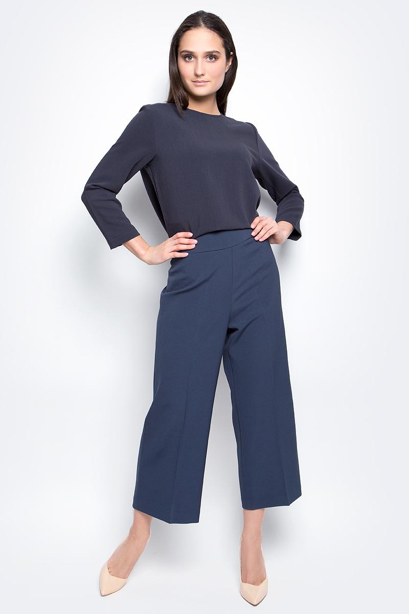 Брюки женские Baon, цвет: синий. B297042. Размер S (44)B297042_Dark NavyСтильные широкие брюки Baon выполнены из высококачественного струящегося материала. Модель прямого кроя и высокой посадки станет отличным дополнением к вашему современному образу. Застегиваются брюки спереди на потайную застежку-молнию и крючок.