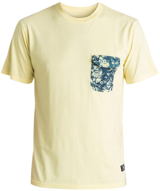 Футболка мужская DC Shoes, цвет: желтый. EDYKT03323-YEP0. Размер L (50/52)EDYKT03323-YEP0Мужская футболка DC Shoes выполнена из 100% натурального хлопка. Модель классического стандартного кроя имеет круглый вырез горловины и короткие рукава. На груди расположен накладной кармашек, закрывающийся клапаном на пуговицу. Линия подола сзади слегка занижена, внизу имеются вентиляционные прорези с отделкой тесьмой с изнанки. Модель выполнена в однотонном дизайне, кармашек и подол дополнены оригинальным принтом.