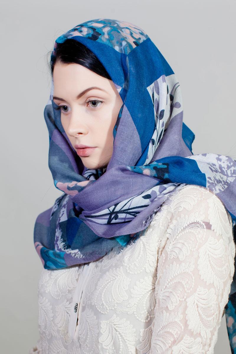 Палантин Fiona Fantozzi, цвет: синий, серый, белый. YY-11732-3. Размер 80 см х 180 смYY-11732-3Стильный женский палантин изготовлен из шелка и полиэстера. Изделие оформлено оригинальным принтом.
