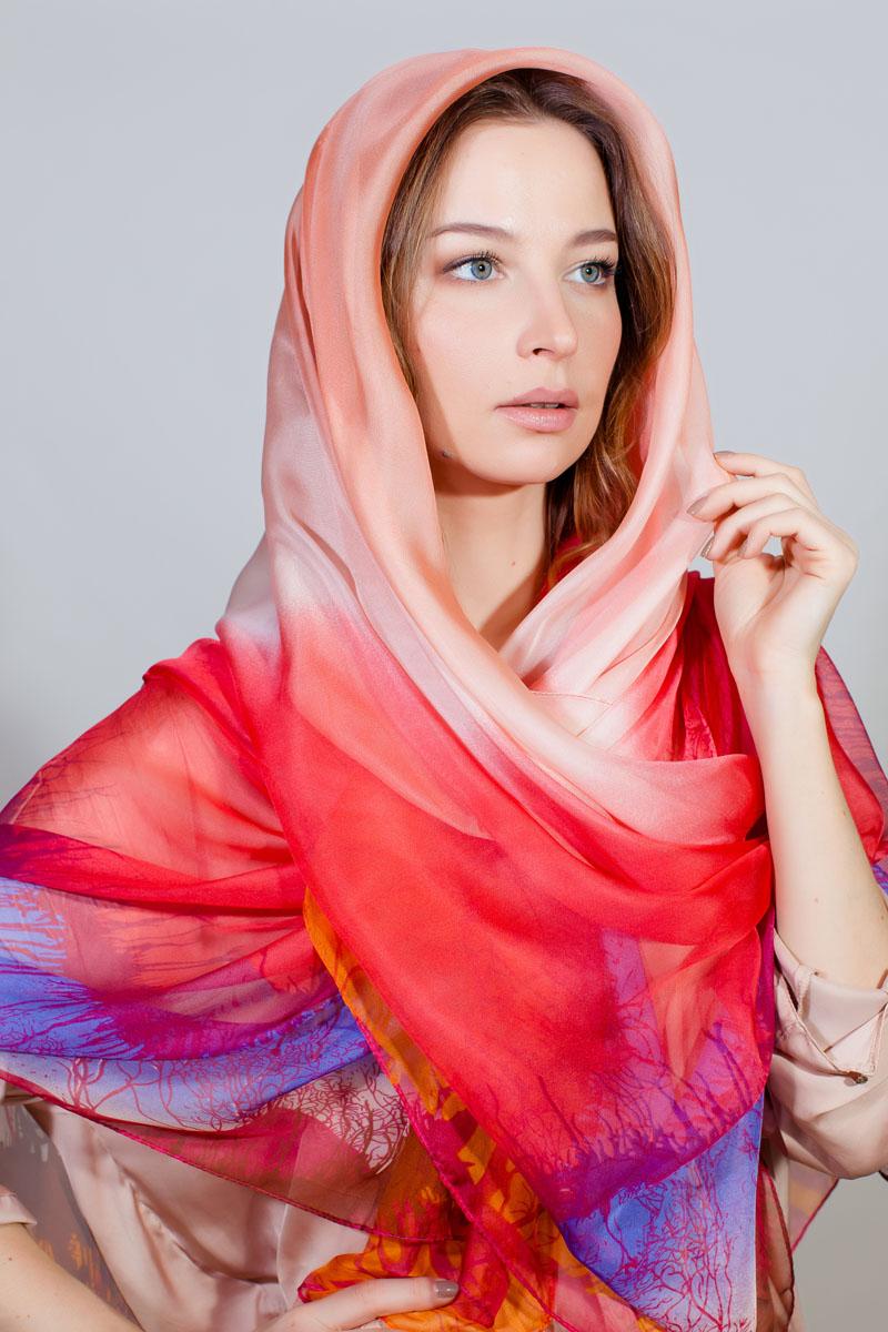 Палантин Sophie Ramage, цвет: розовый, красный, голубой. RW-11701-35. Размер 140 см х 200 смRW-11701-35Стильный палантин Sophie Ramage изготовлен из шелка и полиэстера. Изделие оформлено оригинальным принтом.