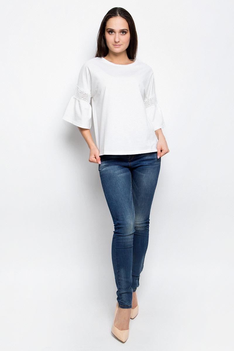 Блузка женская Baon, цвет: белый. B237002. Размер S (44)B237002_MilkЖенская блузка Baon выполнена из плотной ткани. Модель с круглым вырезом горловины.Цельнокроеные рукава декорированы кружевной вставкой и сборкой.