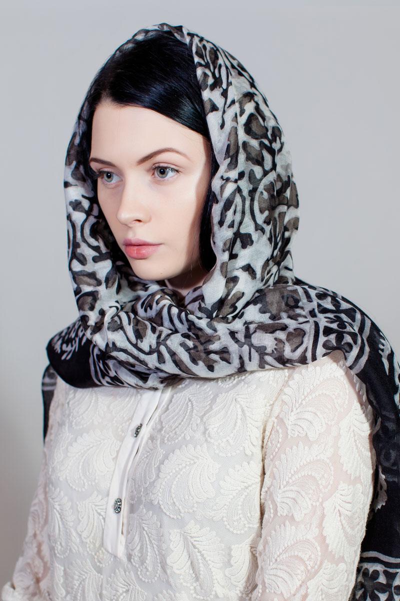 Палантин Sophie Ramage, цвет: серый, белый. YY-11730-39. Размер 80 см х 180 смYY-11730-39Стильный палантин Sophie Ramage изготовлен из модала и шелка. Изделие оформлено оригинальным принтом.