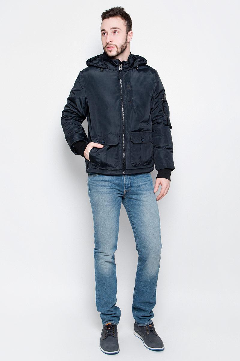 Куртка мужская Baon, цвет: темно-синий, черный. B537004. Размер L (50)B537004_Deep Navy CheckedУдобная мужская куртка Baon выполнена из качественного прочного материала. Подкладка и утеплитель изготовлены из полиэстера. Модель с несъемным капюшоном и длинными рукавами застегивается на застежку-молнию с внутренней защитной планкой. Капюшон регулируется в объеме с помощью резинки на стопперах. Рукава имеют широкие эластичные резинки. Спереди куртка оформлена двумя накладными карманами с клапанами на пуговицах и одним втачным на кнопках, а внутренняя сторона имеет один накладной карман на пуговице. Рукав куртки дополнен фирменной нашивкой с названием бренда и оригинальными накладными кармашками.