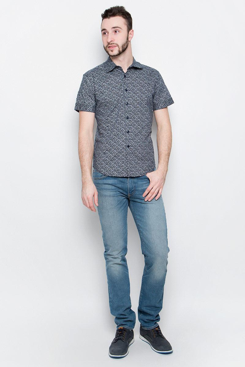 Рубашка мужская Baon, цвет: темно-синий, белый. B687026. Размер M (48)B687026_Deep Navy PrintedМужская рубашка Baon выполнена из хлопковой ткани, оформленной оригинальным принтом. Модель с отложным воротником и стандартными короткими рукавами. Спереди изделие застегивается на пуговицы. Подол полукруглый.