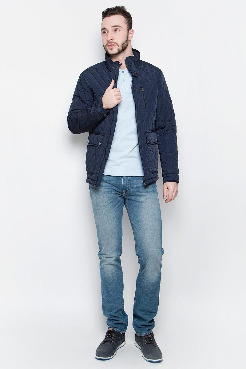 Куртка мужская Baon, цвет: темно-синий. B537017. Размер XL (52)B537017_Deep NavyУдобная мужская куртка Baon выполнена из качественного водоотталкивающего и ветрозащитного материала, который защитит вас от дождя и ветра. Подкладка и утеплитель изготовлены из полиэстера. Модель с воротником-стойка и длинными рукавами застегивается на застежку-молнию с внутренней защитной планкой. Воротник и манжеты на рукавах дополнительно застегиваются на хлястики с кнопками. Спереди куртка оформлена двумя накладными карманами на кнопках и одним втачным кармашком на молнии, а внутренняя сторона имеет один накладной карман на пуговице и втачной на молнии. Изделие украшено стеганным узором и фирменной нашивкой с названием бренда.
