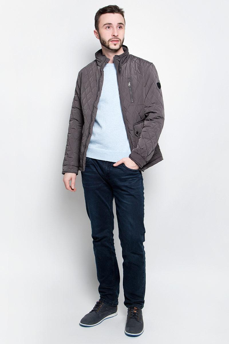 Куртка мужская Baon, цвет: темно-серый. B537017. Размер M (48)B537017_RockУдобная мужская куртка Baon выполнена из качественного водоотталкивающего и ветрозащитного материала, который защитит вас от дождя и ветра. Подкладка и утеплитель изготовлены из полиэстера. Модель с воротником-стойка и длинными рукавами застегивается на застежку-молнию с внутренней защитной планкой. Воротник и манжеты на рукавах дополнительно застегиваются на хлястики с кнопками. Спереди куртка оформлена двумя накладными карманами на кнопках и одним втачным кармашком на молнии, а внутренняя сторона имеет один накладной карман на пуговице и втачной на молнии. Изделие украшено стеганным узором и фирменной нашивкой с названием бренда.