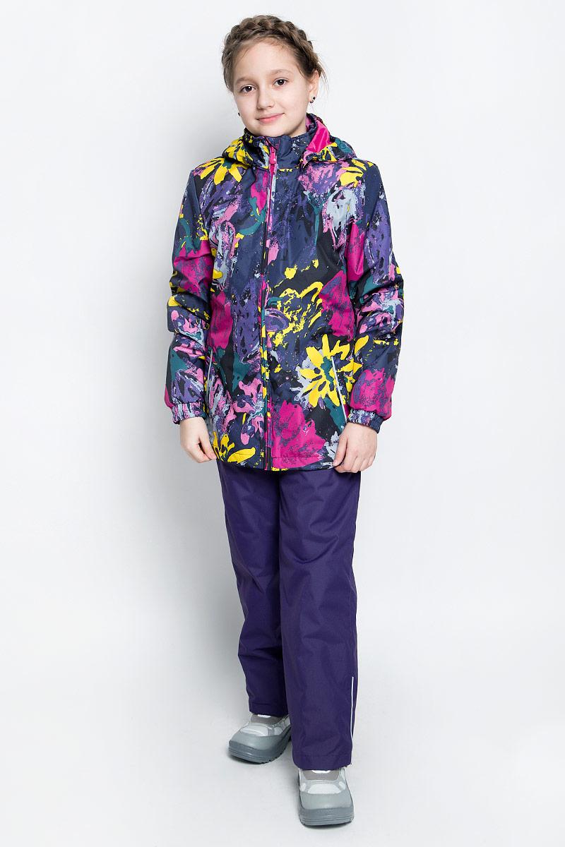 Комплект верхней одежды для девочки Huppa Yonne 1: куртка, брюки, цвет: черный, темно-лиловый. 41260104-71209. Размер 128, 7-8 лет41260104-71209Костюм для девочки Huppa Yonne 1 состоит из куртки и брюк. Костюм выполнен из 100% полиэстера с высокими показателями износостойкости. Ткань с обратной стороны покрыта слоем полиуретана с микропорами (мембрана), который препятствует прохождению влаги и ветра внутрь изделия. Для максимальной влагонепроницаемости швы проклеены водостойкой лентой. Подкладка костюма выполнена из гладкой тафты. Высокотехнологичный легкий синтетический утеплитель имеет уникальную структуру микроволокон, которые не позволяют проникнуть внутрь холодному воздуху, в то же время удерживают теплый между волокнами и обеспечивают высокую теплоизоляцию. Куртка имеет застежку-молнию с защитой подбородка от прищемления, отстегивающийся капюшон, прорезные открытые карманы. Талия, манжеты рукавов и край капюшона снабжены эластичными резинками. Брюки закрываются на застежку-молнию и пуговицу в поясе, эластичные подтяжки регулируемой длины легко снимаются, талия снабжена резинкой для плотного прилегания, низ брючин также регулируется. На изделиях присутствуют светоотражательные элементы для безопасности в темное время суток.