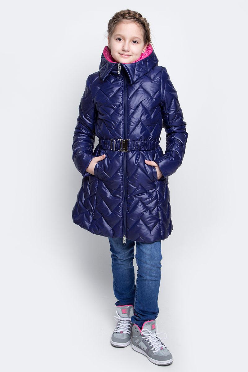 Куртка для девочки Boom!, цвет: темно-синий. 70007_BOG_вар.1. Размер 110, 5-6 лет70007_BOG_вар.1Удлиненная куртка для девочки Boom! c длинными рукавами и несъемным капюшоном выполнена из прочного полиамида. Наполнитель - синтепон. Модель застегивается на застежку-молнию спереди. Изделие имеет два втачных открытых кармана спереди, на талии расположены шлевки для ремня. В комплект входит пояс с широкой эластичной резинкой, фиксирующийся при помощи металлической пряжки-защелки. Куртка дополнена светоотражающими элементами.