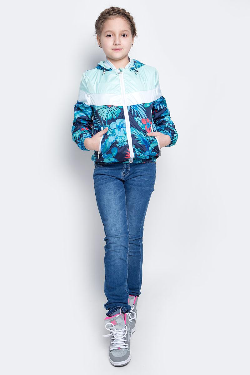 Куртка для девочки Boom!, цвет: темно-синий, мультиколор. 70001_BOG_вар.2. Размер 134, 9-10 лет70001_BOG_вар.2Лёгкая куртка для девочки Boom! изготовлена из водонепроницаемого полиэстера. Куртка с тропическим принтом застегивается на пластиковую застежку-молнию. У модели предусмотрены два врезных кармана на молниях.Капюшон съемный, пристегивается на пуговицы. Капюшон оснащен резинкой-утяжкой со стопперами. Манжеты рукавов и низ куртки дополнены вшитыми резинками.