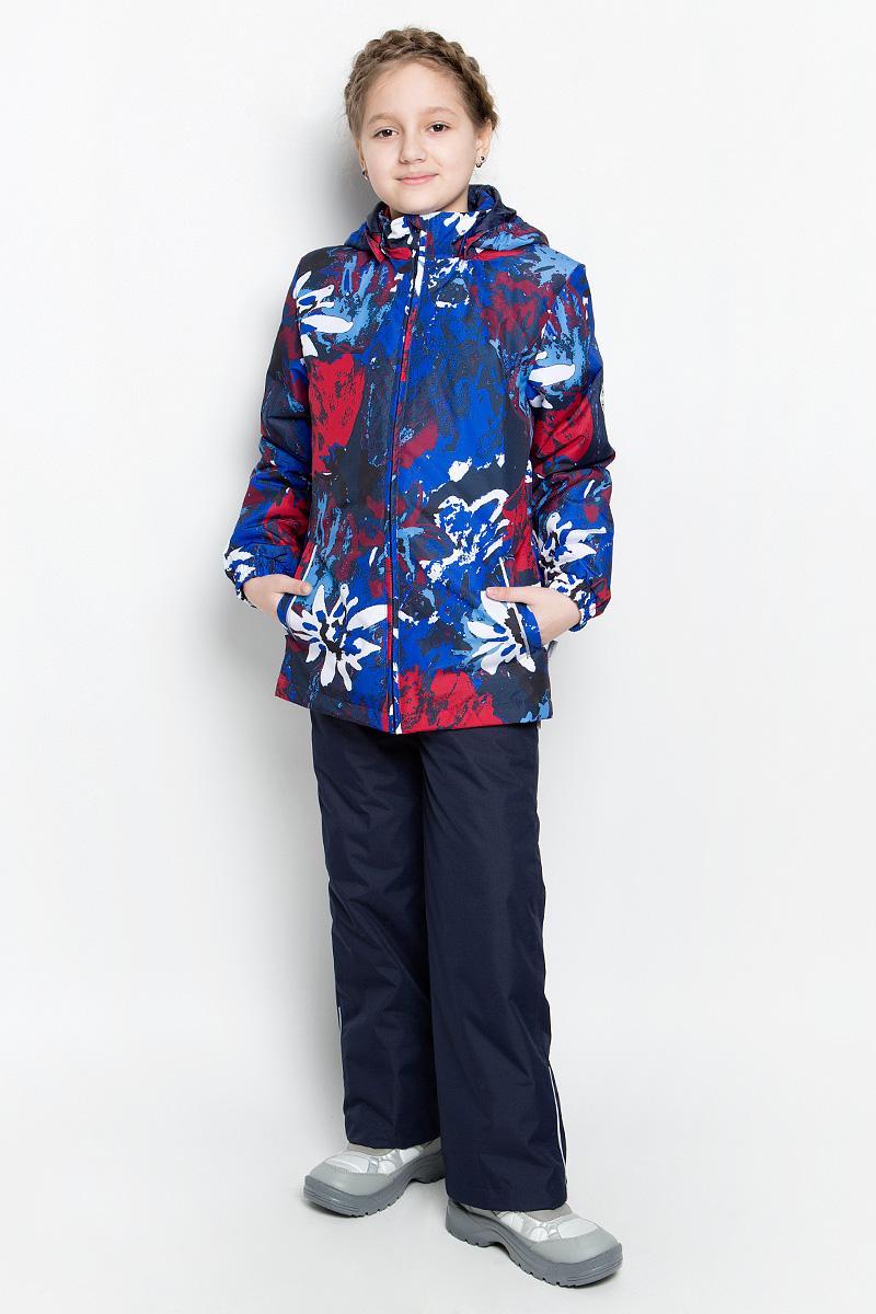 Комплект верхней одежды для девочки Huppa Yonne 1: куртка, брюки, цвет: синий, темно-синий, красный. 41260114-71235. Размер 134, 8-9 лет41260114-71235Костюм для девочки Huppa Yonne 1 состоит из куртки и брюк. Костюм выполнен из 100% полиэстера с высокими показателями износостойкости. Ткань с обратной стороны покрыта слоем полиуретана с микропорами (мембрана), который препятствует прохождению влаги и ветра внутрь изделия. Для максимальной влагонепроницаемости швы проклеены водостойкой лентой. Подкладка костюма выполнена из гладкой тафты. Высокотехнологичный легкий синтетический утеплитель обладает уникальным расположением волокон, которые обеспечивают сохранение объема и высокую теплоизоляцию, а также гарантируют легкую стирку и быстрое высыхание. Куртка имеет застежку-молнию с защитой подбородка от прищемления, отстегивающийся капюшон, прорезные открытые карманы. Талия, манжеты рукавов и край капюшона снабжены эластичными резинками. Брюки закрываются на застежку-молнию и пуговицу в поясе, эластичные подтяжки регулируемой длины легко снимаются, талия снабжена резинкой для плотного прилегания. На изделиях присутствуют светоотражательные элементы для безопасности в темное время суток.