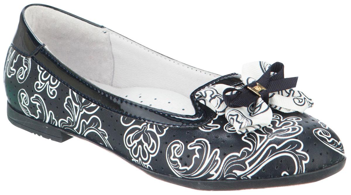Слиперы для девочки Kapika, цвет: темно-синий, черный, белый. 23446к-2. Размер 3023446к-2Слиперы для девочки от Kapika выполнены из натуральной кожи, оформленной узорным принтом и перфорацией, с элементами из искусственной лаковой кожи. Носок декорирован оригинальным бантом. Подкладка и стелька с супинатором изготовлены из натуральной кожи. Подошва из ТЭП-материала оснащена рифлением.