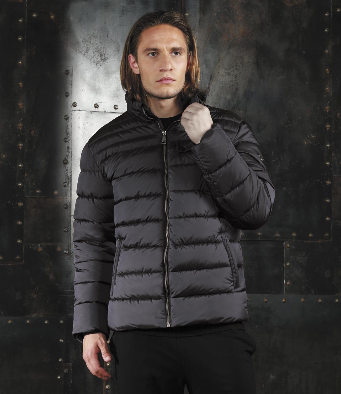 Куртка мужская Grishko, цвет: серый. AL-2971. Размер 48AL-2971Модная универсальная куртка Grishko с застежкой на молнию и стильным воротником-стойкой, дополнительно защищающим от непогоды, - незаменимая модель в холодную осеннюю погоду. Куртка дополнена прорезным карманом с клапаном на кнопках на груди, двумя боковыми втачными карманами на молнии и внутренним карманом. Утеплитель - 100% микрофайбер - это утеплитель нового поколения, который отличается повышенной теплоизоляцией, антибактериальными свойствами, долговечностью в использовании и необычайно легок в носке и уходе.