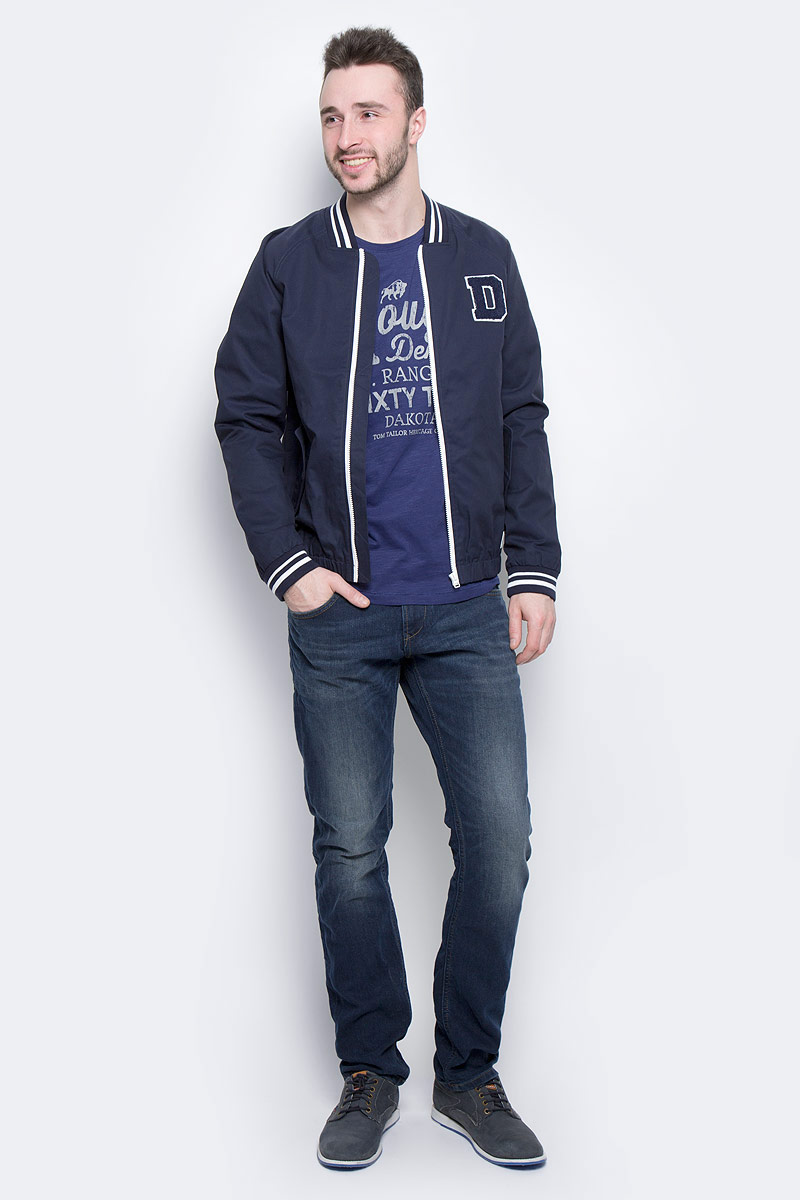 Куртка мужская Tom Tailor Denim, цвет: темно-синий. 3533233.00.12_6576. Размер M (48)3533233.00.12_6576Стильная мужская куртка-бомбер Tom Tailor Denim выполнена из 100% хлопка. Подкладка изготовлена из гладкого полиэстера. Модель с длинными рукавами реглан и V-образным вырезом горловины застегивается на застежку-молнию. Спереди расположены два прорезных кармана с клапанами на пуговице, внутри - прорезной карман на кнопке. Манжеты рукавов, горловина и низ куртки снабжены эластичными резинками. Модель дополнена нашивкой в виде буквы D.
