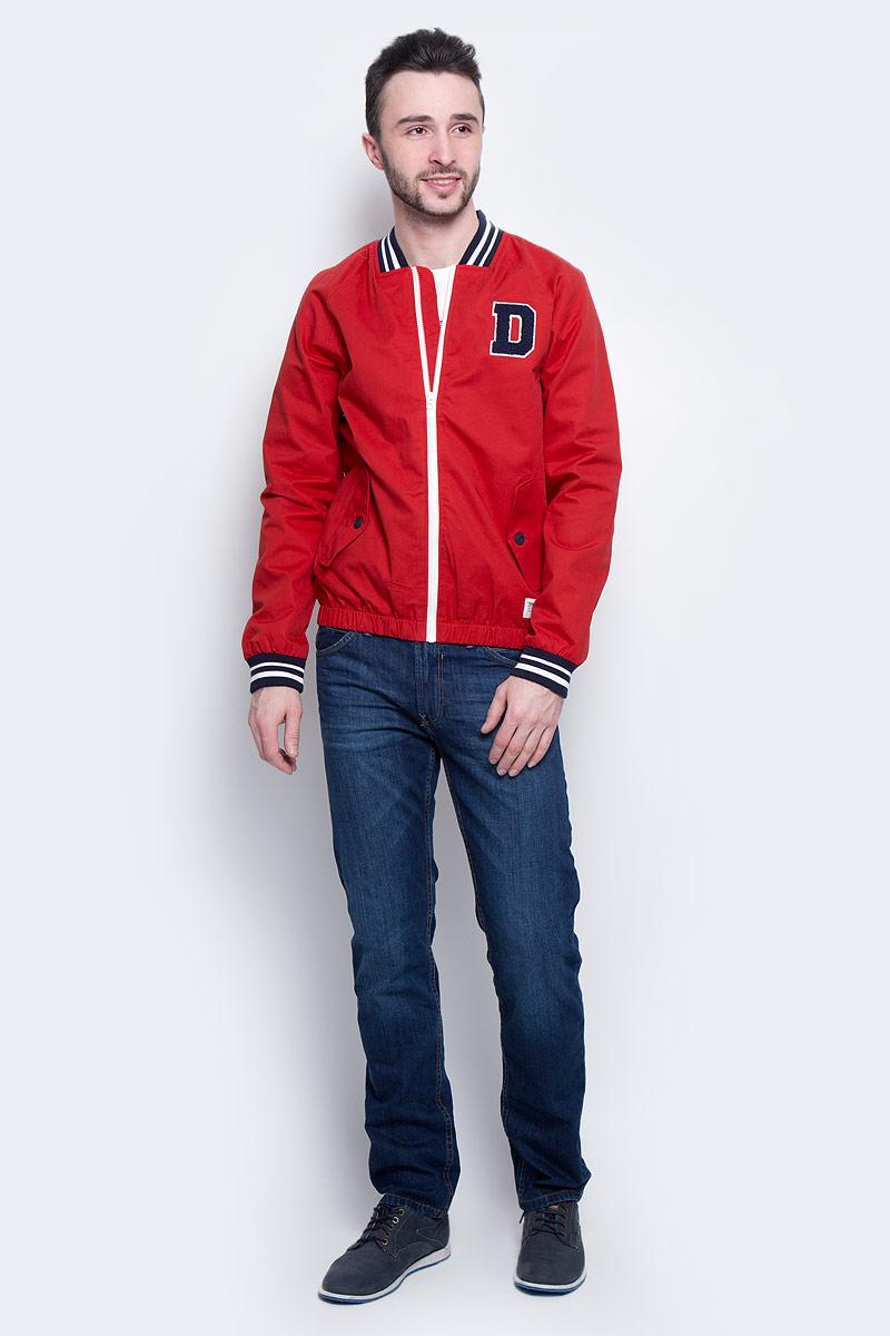 Куртка мужская Tom Tailor Denim, цвет: красный. 3533233.00.12_4491. Размер L (50)3533233.00.12_4491Стильная мужская куртка-бомбер Tom Tailor Denim выполнена из 100% хлопка. Подкладка изготовлена из гладкого полиэстера. Модель с длинными рукавами реглан и V-образным вырезом горловины застегивается на застежку-молнию. Спереди расположены два прорезных кармана с клапанами на пуговице, внутри - прорезной карман на кнопке. Манжеты рукавов, горловина и низ куртки снабжены эластичными резинками. Модель дополнена нашивкой в виде буквы D.