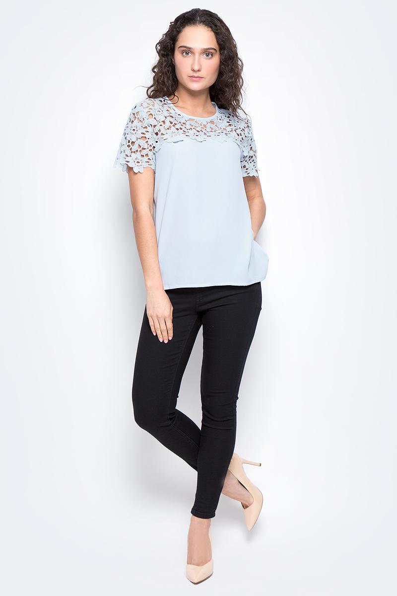 Блузка женская Baon, цвет: голубой. B197032. Размер M (46)B197032_BlizzardЖенская блузка Baon выполнена из 100% полиэстера. Модель с круглым вырезом горловины и короткими рукавами сзади застегивается на пуговицу.