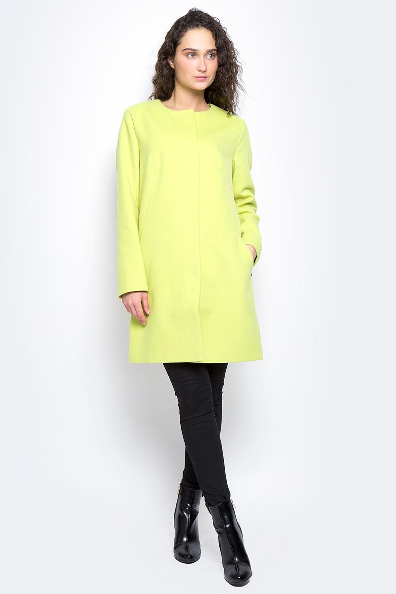 Пальто женское Finn Flare, цвет: светло-лимонный. B17-11091_518. Размер S (44)B17-11091_518Пальто женское Finn Flare изготовлено из мягкой смесовой ткани. Тонкая подкладка изготовлена из полиэстера. Модель с круглой горловиной застегивается на металлические кнопки. Пальто прямого кроя дополнено спереди двумя врезными карманами.