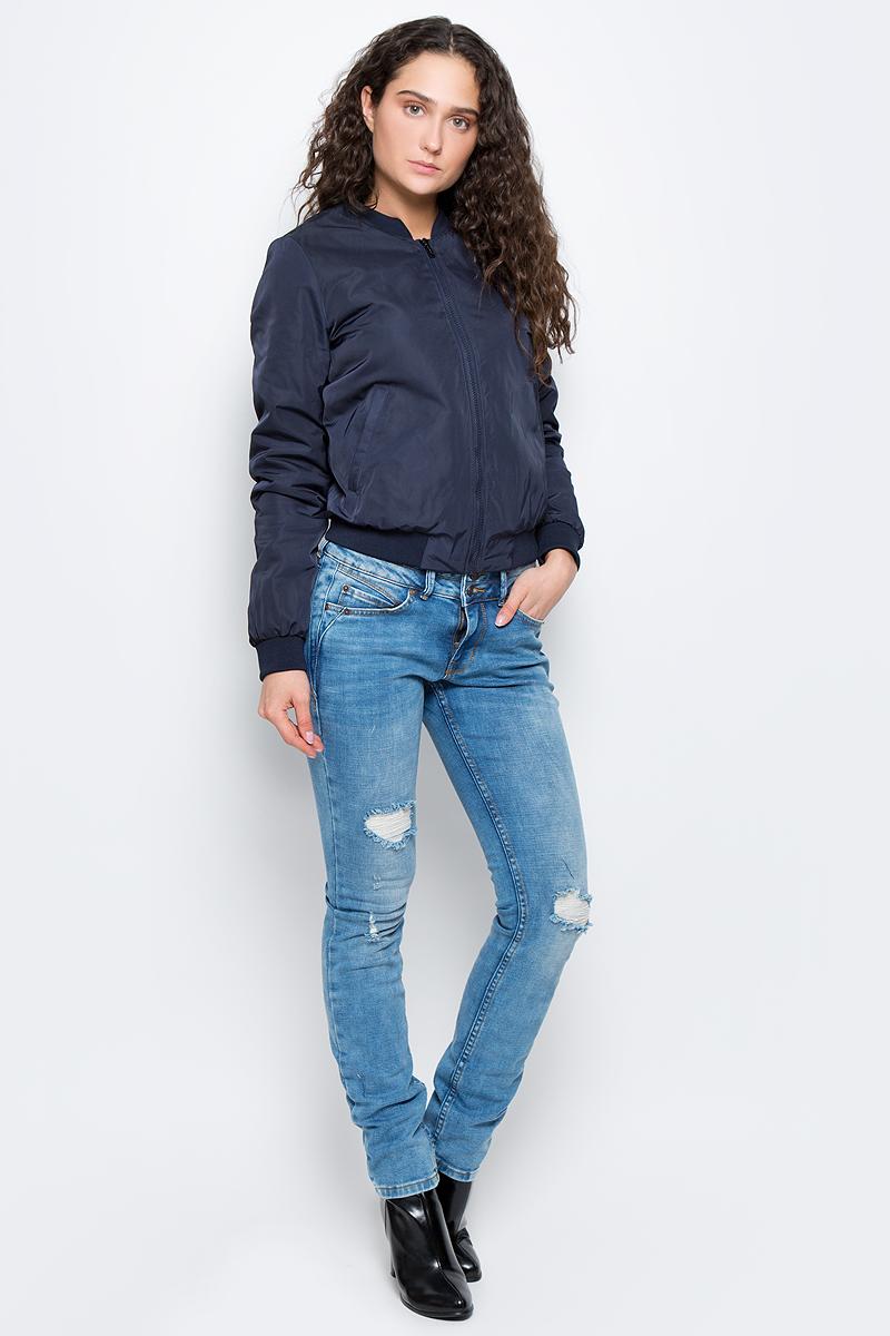 Куртка женская Tom Tailor Contemporary, цвет: синий. 3533299.00.75_6968. Размер 34 (40)3533299.00.75_6968Женская куртка Tom Tailor Contemporary изготовлена из полиэстера. Модель с длинными рукавами застегивается спереди на молнию. Куртка с тонкой подкладкой дополнена двумя врезными карманами. Манжеты рукавов, низ куртки и воротник дополнены широкими эластичными резинками.