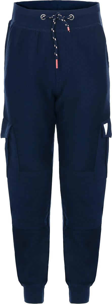 Брюки для мальчика Tom Tailor, цвет: темно-синий. 6829115.00.82_6975. Размер 116/1226829115.00.82_6975Стильные брюки для мальчика Tom Tailor изготовлены из хлопка с добавлением эластана.Брюки спортивного кроя на талии имеют широкую эластичную резинку со шнурком. Низ брючин дополнен широкими трикотажными манжетами. По бокам предусмотрены два больших накладных кармана с клапаном. Оформлено изделие небольшой нашивкой.