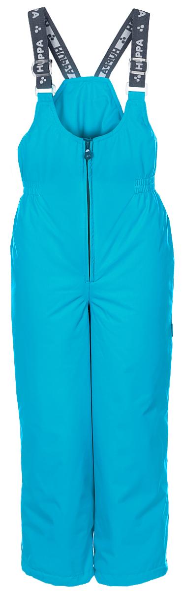 Брюки утепленные детские Huppa Jorma, цвет: голубой. 26470010-70046. Размер 13426470010-70046Утепленные детские брюки Huppa Jorma прямого кроя с завышенной грудкой выполнены из износостойкого полиэстера. В качестве подкладки и утеплителя используется качественный полиэстер.Брюки застегиваются на высокую пластиковую молнию, на талии имеется вшитая эластичная резинка. Брюки оснащены несъемными резиновыми подтяжками, длину которых можно регулировать. По низу брючин предусмотрены шнурки-утяжки со стопперами. Изделие дополнено светоотражающими элементами.