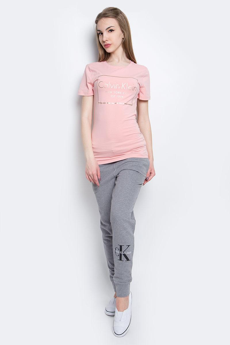 Футболка женская Calvin Klein Jeans, цвет: розовый. J20J205315_6900. Размер S (42)J20J205315_6900Женская футболка Calvin Klein Jeans изготовлена из высококачественного эластичного хлопка. Модель с короткими рукавами и круглым вырезом горловины украшена блестящим принтом с логотипом бренда.