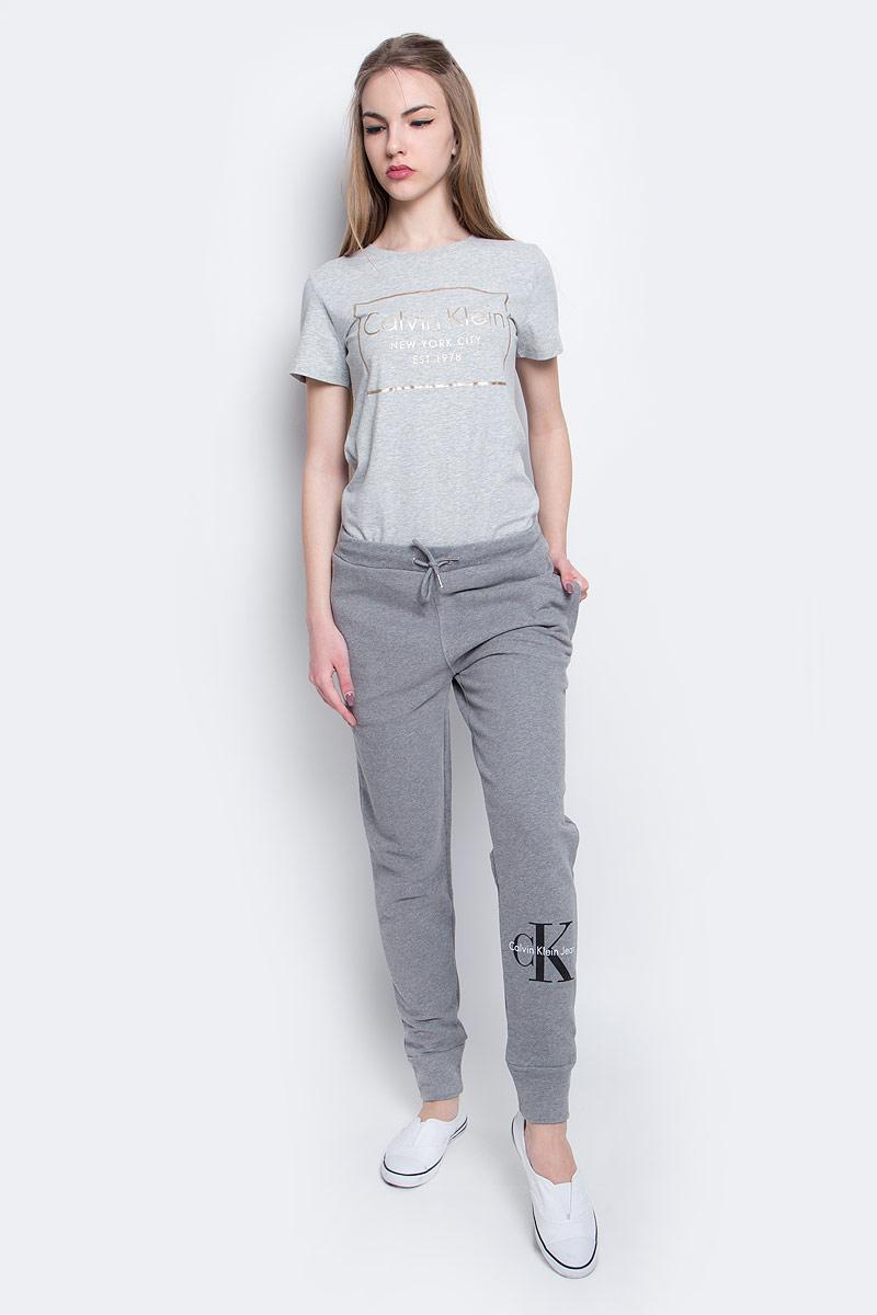 Брюки спортивные женские Calvin Klein Jeans, цвет: светло-серый. J20J204812_0380. Размер M (44/46)J20J204812_0380Брюки спортивные Calvin Klein Jeans выполнены из натурального хлопка. Модель со стандартной посадкой оформлена принтом с изображением логотипа бренда. Утепленные спортивные брюки имеют эластичную резинку с завязками на поясе и втачные карманы на застежках-молниях.