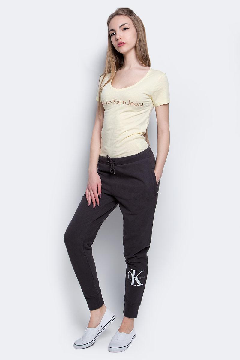 Брюки спортивные женские Calvin Klein Jeans, цвет: темно-коричневый. J20J204812_9650. Размер M (44/46)J20J204812_9650Брюки спортивные Calvin Klein Jeans выполнены из натурального хлопка. Модель со стандартной посадкой оформлена принтом с изображением логотипа бренда. Утепленные спортивные брюки имеют эластичную резинку с завязками на поясе и втачные карманы на застежках-молниях.