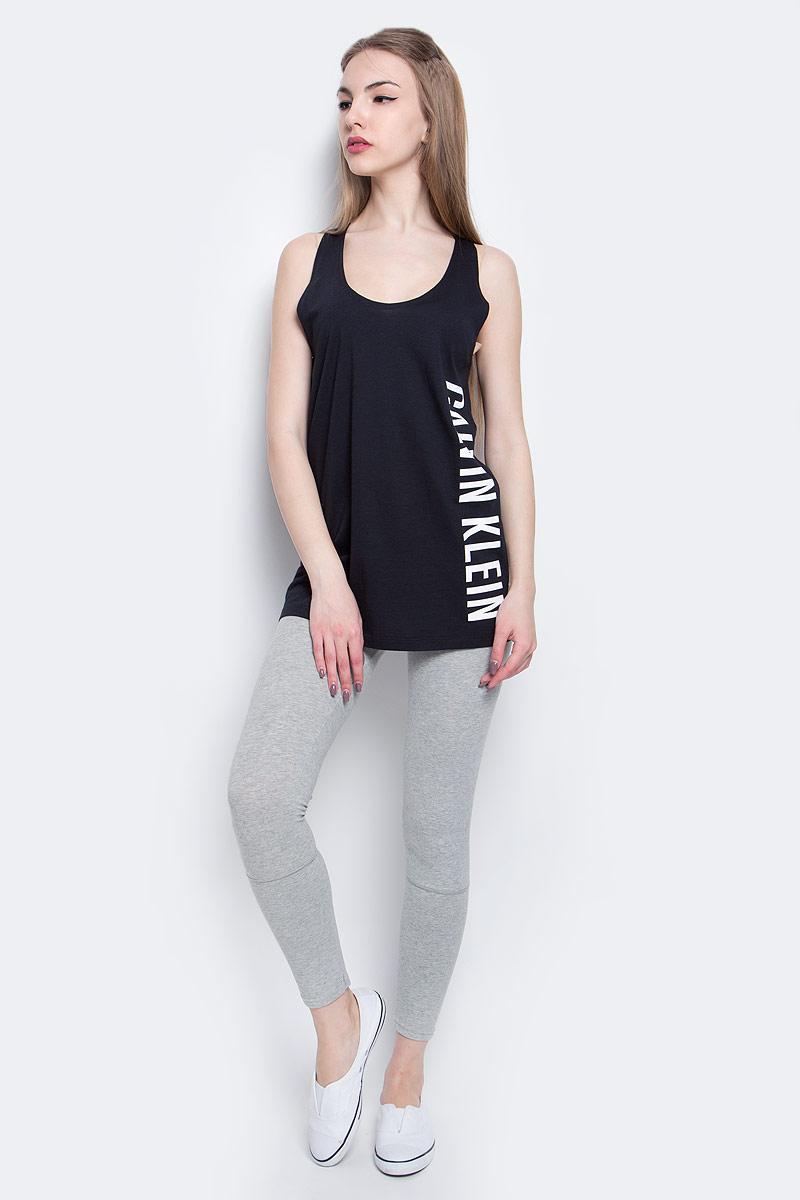 Майка женская Calvin Klein Underwear, цвет: черный. KW0KW00105_001. Размер XS (40)KW0KW00105_001Стильная майка Calvin Klein Underwear выполнена из сочетания натурального хлопка и модала.Модель со спинкой-борцовка и круглым вырезом горловины оформлена принтом в виде надписи логотипа бренда.