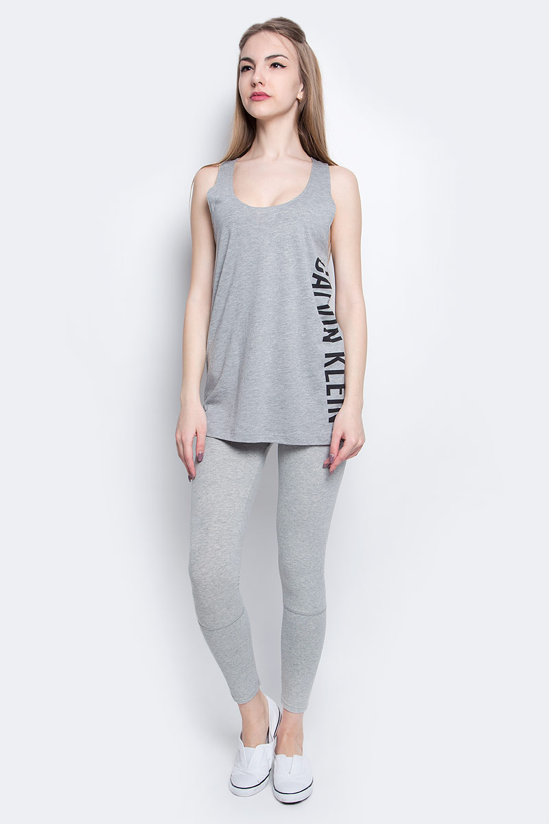 Майка женская Calvin Klein Underwear, цвет: серый. KW0KW00105_016. Размер XS (40)KW0KW00105_016Стильная майка Calvin Klein Underwear выполнена из сочетания натурального хлопка и модала.Модель со спинкой-борцовка и круглым вырезом горловины оформлена принтом в виде надписи логотипа бренда.