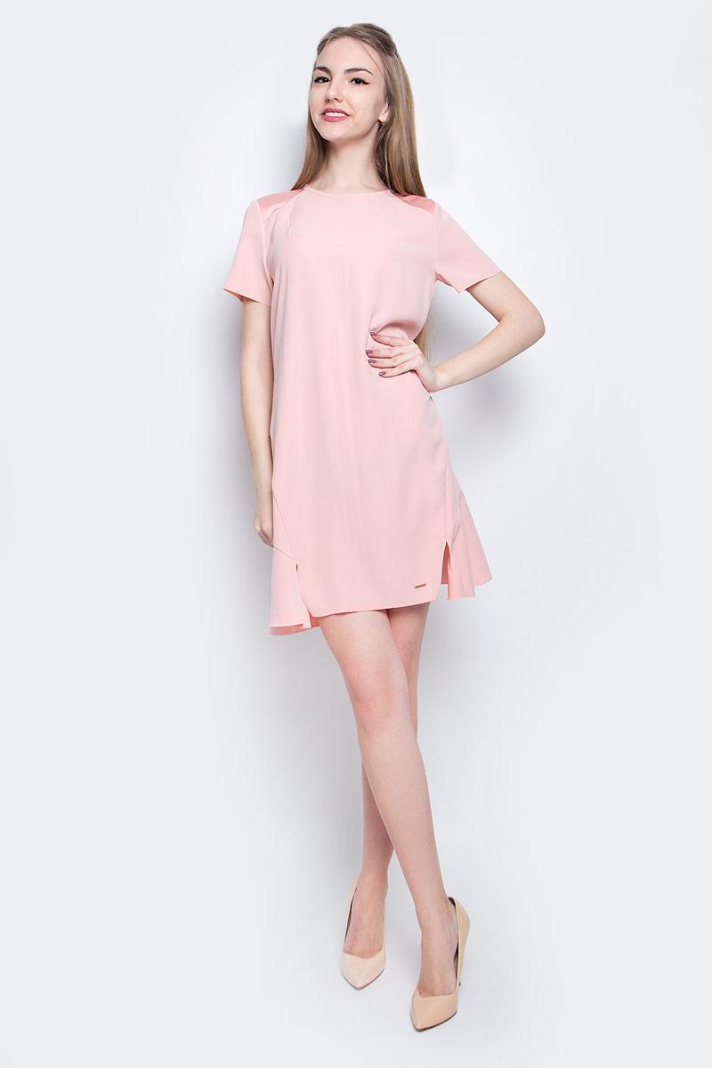 Платье Calvin Klein Jeans, цвет: светло-розовый. J20J205023_6900. Размер XS (40)J20J205023_6900Стильное платье Calvin Klein Jeans изготовлено из качественного полиэстера. Модель с круглым вырезом горловины и короткими рукавами застегивается сзади на молнию и крючок. Слегка расклешенный низ платья оформлен ассиметричными разрезами. Края подола и рукавов не обработаны.