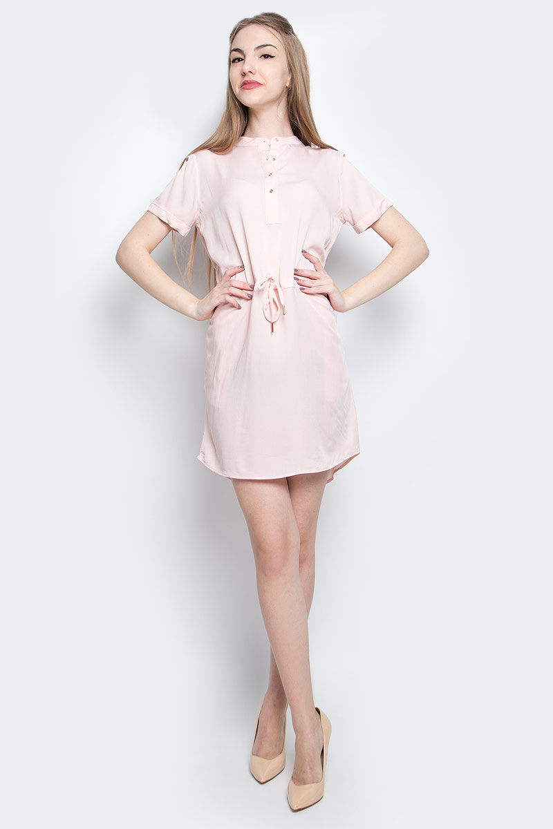 Платье Calvin Klein Jeans, цвет: пепельно-розовый. J20J204810_6890. Размер L (48/50)J20J204810_6890Платье Calvin Klein Jeans выполнено из натурального хлопка. Модель миди с круглым вырезом горловины и коротким рукавом застегивается спереди с помощью пуговиц. Платье оснащено завязками на поясе.