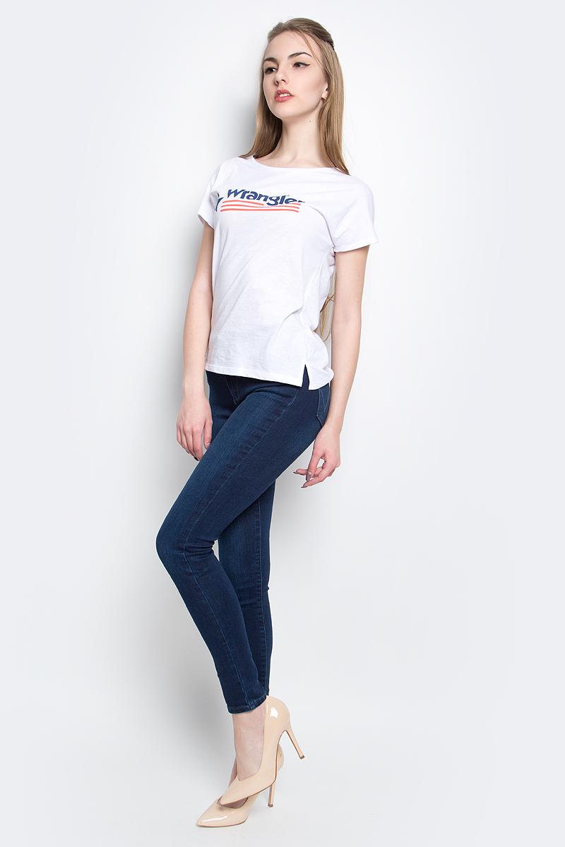 Футболка женская Wrangler Relaxed, цвет: белый. W7331GG12. Размер L (46)W7331GG12Стильная женская футболка Wrangler Relaxed изготовлена из сочетания хлопка и полиэстера. Модель с круглым вырезом горловины и короткими цельнокроеными рукавами оформлена принтом с надписью бренда. По бокам футболка дополнена небольшими разрезами.