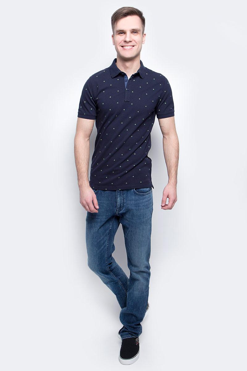 Поло мужское Calvin Klein Jeans, цвет: темно-синий. J30J305103_4020. Размер M (48)J30J305103_4020Мужское поло Calvin Klein Jeans изготовлено из хлопка с добавлением эластана. Классическая модель с короткими рукавами и отложным воротником застегивается спереди на три пуговицы. По бокам поло дополнено небольшими разрезами, спинка слегка удлинена.