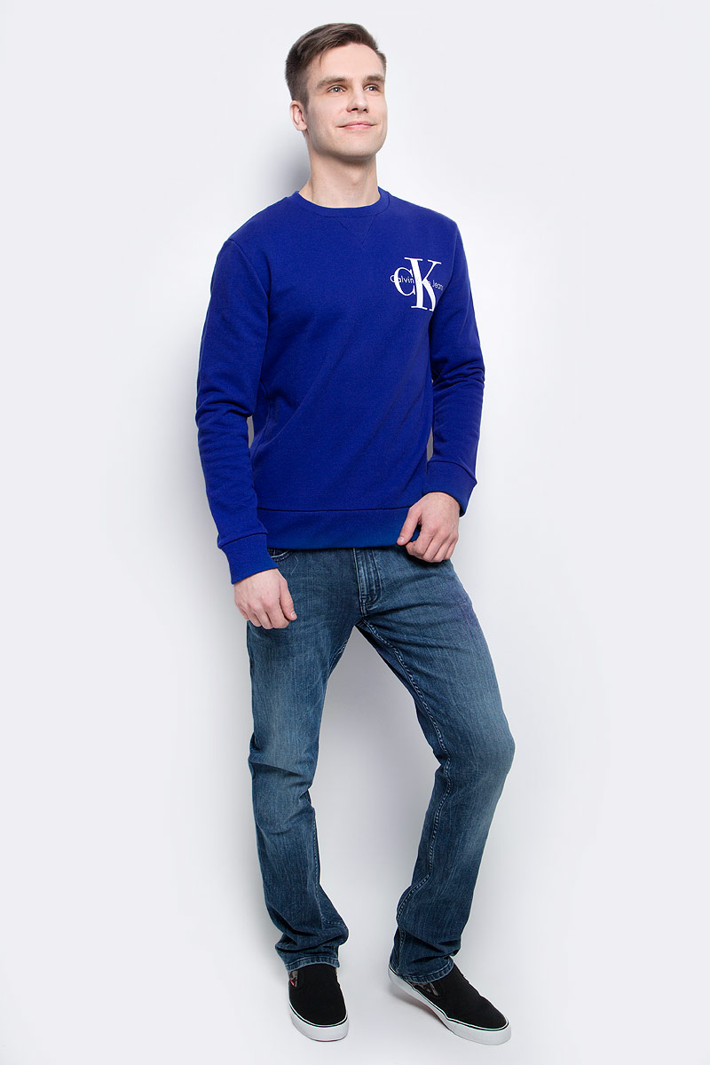 Толстовка мужская Calvin Klein Jeans, цвет: синий. J30J304675_4410. Размер M (46/48)J30J304675_4410Толстовка мужская Calvin Klein Jeans выполнена из натурального хлопка с добавлением эластана. Модель с круглым вырезом и длинными рукавами декорирована принтом с названием бренда. Низ, горловина и рукава изделия дополнены трикотажной резинкой.