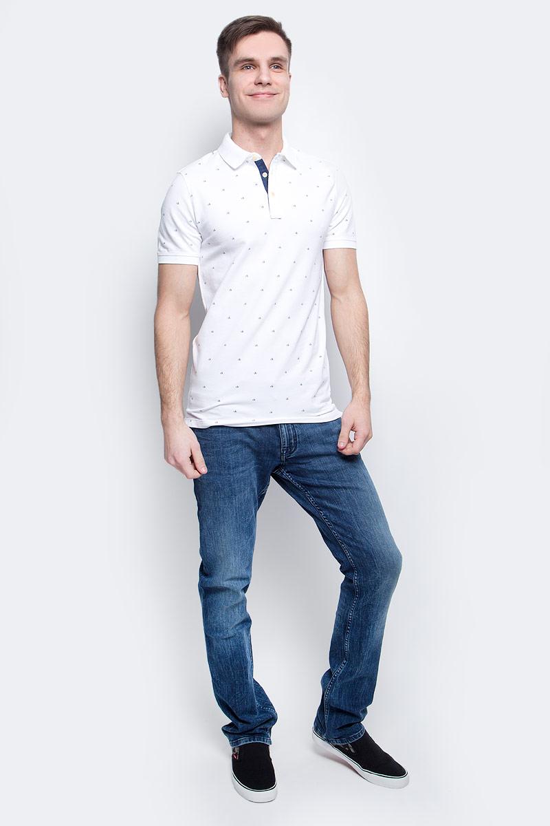 Поло мужское Calvin Klein Jeans, цвет: белый. J30J305103_1120. Размер L (48/50)J30J305103_1120Мужское поло Calvin Klein Jeans изготовлено из хлопка с добавлением эластана. Классическая модель с короткими рукавами и отложным воротником застегивается спереди на три пуговицы. По бокам поло дополнено небольшими разрезами, спинка слегка удлинена.