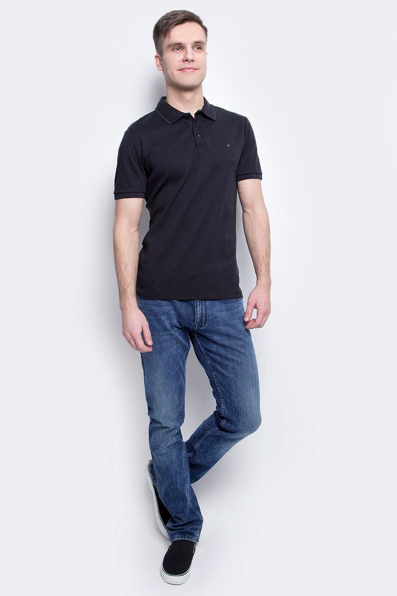 Джинсы мужские Calvin Klein Jeans, цвет: синий. J30J304296_9114. Размер 30 (44/46)J30J304296_9114Мужские джинсы Calvin Klein Jeans изготовлены из натурального хлопка с добавлением эластана. Джинсы средней посадки застегиваются на пуговицу в поясе и ширинку на застежке-молнии. На поясе имеются шлевки для ремня. Спереди модель дополнена двумя втачными карманами и одним небольшим накладным кармашком, а сзади - двумя накладными карманами. Модель оформлена эффектом легкой потертости.