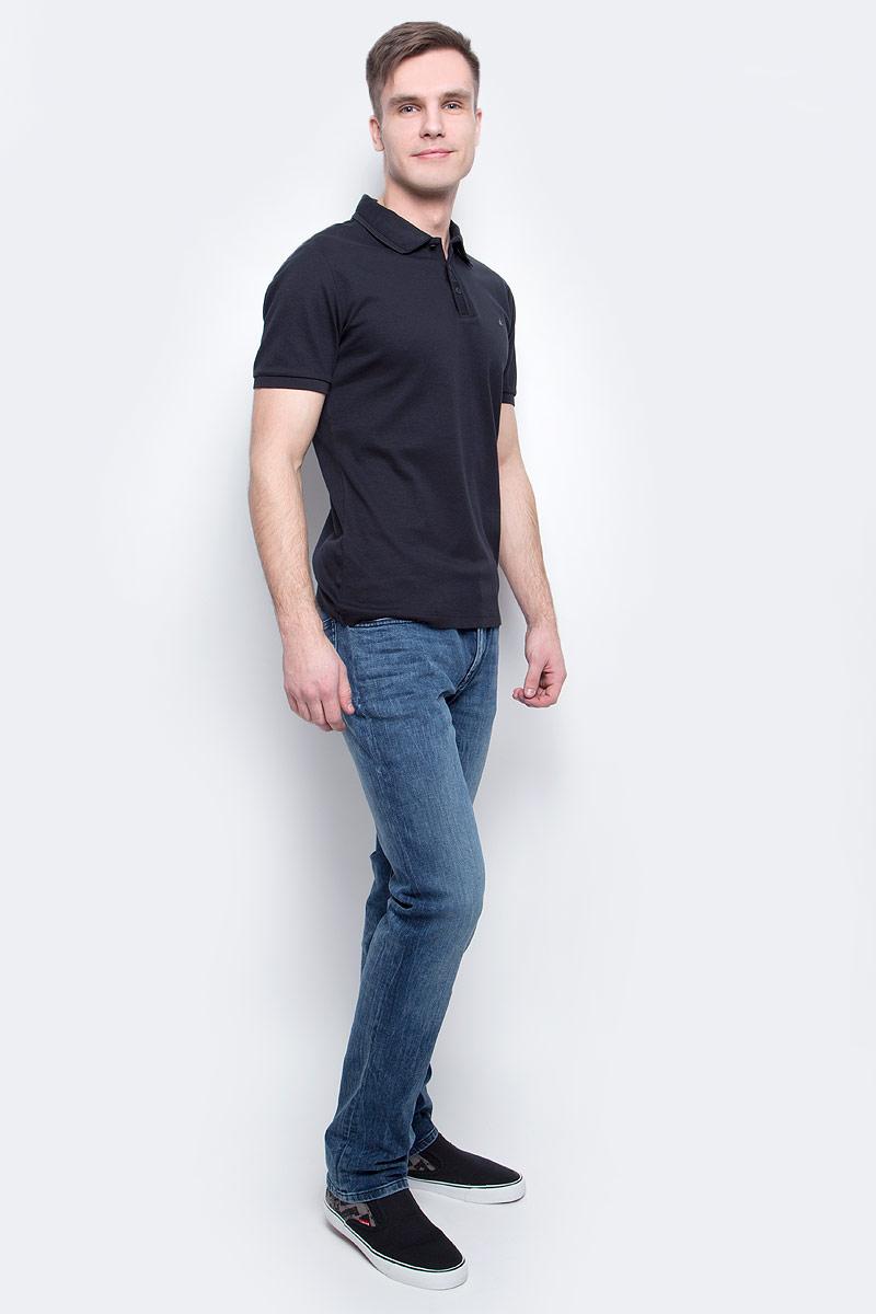 Поло мужское Calvin Klein Jeans, цвет: черный. J30J300637_0990. Размер L (50/52)J30J300637_0990Мужское поло Calvin Klein Jeans изготовлено из натурального хлопка. Классическая модель с короткими рукавами и отложным воротником застегивается спереди на три пуговицы. Манжеты рукавов, край воротника и планка для пуговиц дополнены трикотажными резинками.
