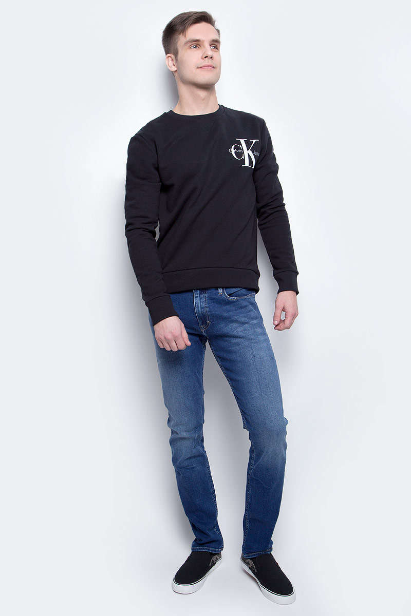 Джинсы мужские Calvin Klein Jeans, цвет: синий. J30J301409_9123. Размер 33 (48/50)J30J301409_9123Мужские джинсы Calvin Klein Jeans изготовлены из хлопка с добавлением полиэстера и эластана. Джинсы средней посадки застегиваются на пуговицу в поясе и ширинку на застежке-молнии. На поясе имеются шлевки для ремня. Спереди модель дополнена двумя втачными карманами и одним небольшим накладным кармашком, а сзади - двумя накладными карманами. Модель оформлена эффектом легкой потертости.