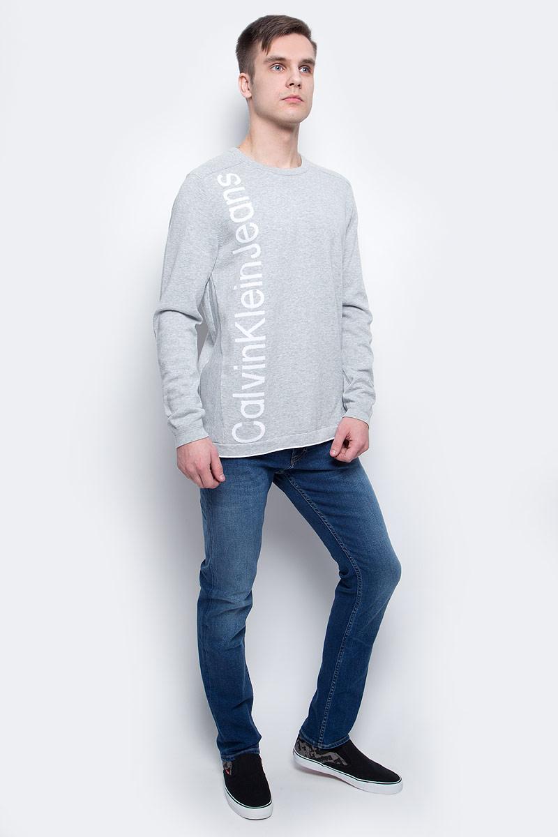 Джемпер мужской Calvin Klein Jeans, цвет: светло-серый. J3EJ303378_0380. Размер XXL (52/54)J3EJ303378_0380Джемпер мужской Calvin Klein Jeans выполнен из натурального хлопка. Модель с круглым вырезом и длинными рукавами декорирована принтом с названием бренда. Горловина и манжеты рукавов дополнены трикотажной резинкой.