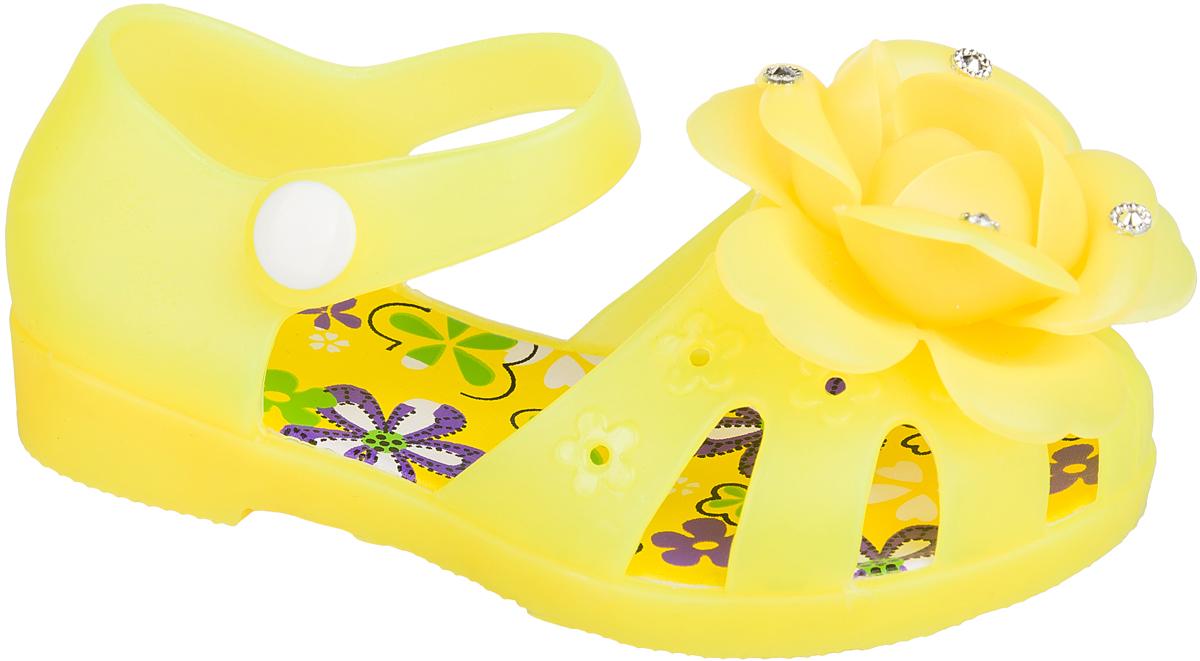 Шлепанцы для девочки Mursu, цвет: желтый. 101381. Размер 26101381Удобные кроксы Mursu в виде босоножек незаменимы для пляжного сезона. Легкая модель полностью выполнена из качественного ПВХ. Ремешок с пластиковой кнопкой прочно закрепит модель на ножке. Носочная часть декорирована оригинальным цветком со стразами. Подошва оснащена рифлением для лучшего сцепления с различными поверхностями.