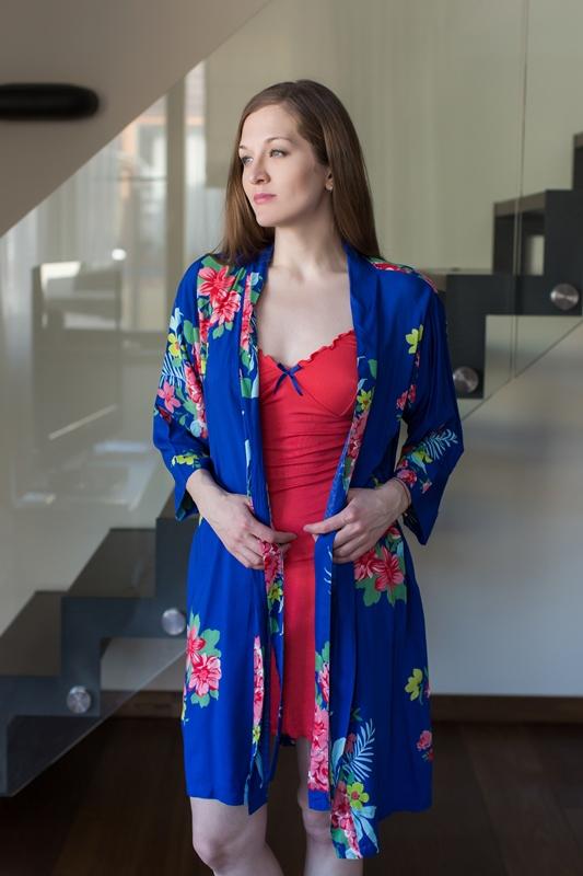 Комплект домашний женский Penye Mood: сорочка, халат, цвет: красный, синий. 7403. Размер M (46)7403Домашний комплект Penye Mood состоит из сорочки, выполненной из вискозы с добавлением эластана, и халата, изготовленного из 100% вискозы. Сорочка на тонких бретельках имеет V-образное декольте и длину мини. Низ и декольте сорочки отделаны оборками. Халат на запахе и с рукавами 3/4 завязывается на пояс. Такой комплект не стесняет движений, комфортен в носке и отлично подойдет для дома.