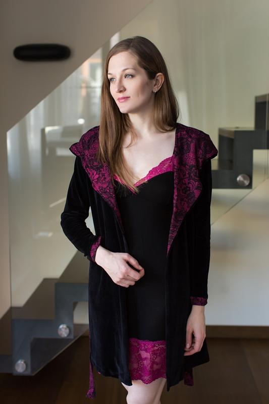 Комплект домашний женский Penye Mood: сорочка, халат, цвет: черный, малиновый. 7630. Размер S (44)7630Домашний комплект Penye Mood состоит из сорочки, выполненной из вискозы с добавлением эластана, и халата, изготовленного из хлопка и полиэстера. Обтягивающая сорочка на тонких бретельках имеет V-образное декольте и длину мини. Низ и декольте сорочки отделаны кружевом. Халат на запахе и с длинными рукавами завязывается на пояс. Такой комплект не стесняет движений, комфортен в носке и отлично подойдет для дома.