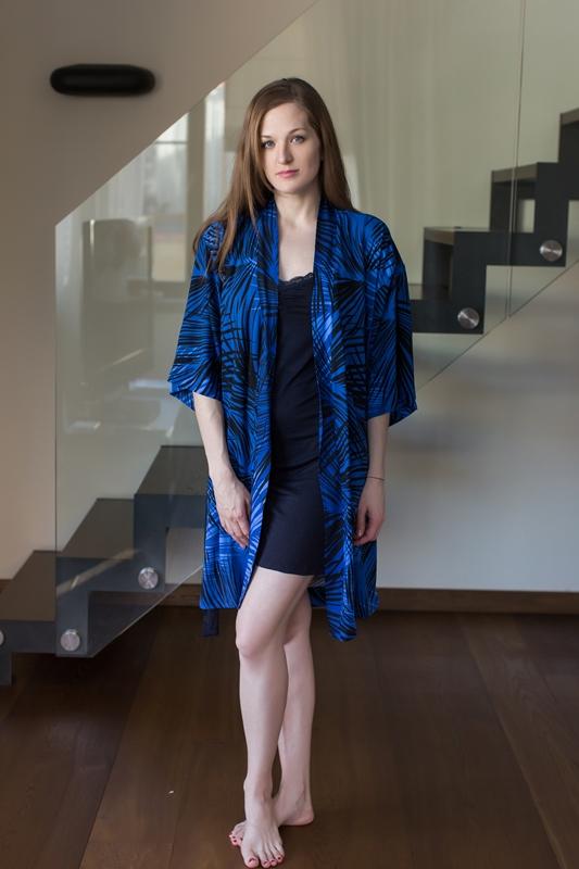 Комплект домашний женский Penye Mood: сорочка, халат, цвет: синий, черный. 7673. Размер L (48)7673Домашний комплект Penye Mood состоит из сорочки, выполненной из вискозы с добавлением эластана, и халата, изготовленного из 100% вискозы. Сорочка на тонких бретельках имеет V-образное декольте, отделанное кружевом, прямой силуэт и длину мини. Халат с широкими рукавами 3/4 завязывается на пояс. Такой комплект не стесняет движений, комфортен в носке и отлично подойдет для дома.