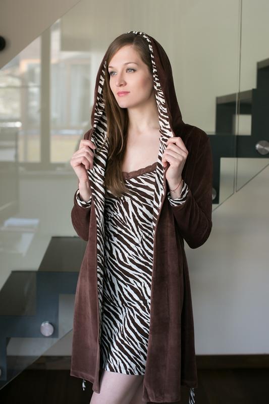 Комплект домашний женский Penye Mood: сорочка, халат, цвет: коричневый. 7676. Размер XL (50)7676Домашний комплект Penye Mood состоит из сорочки, выполненной из вискозы с добавлением эластана, и халата, изготовленного из хлопка с добавлением полиэстера. Сорочка на тонких бретельках имеет V-образное декольте, отделанное кружевом, прямой силуэт и длину мини. Халат с длинными рукавами и капюшоном завязывается на пояс. Такой комплект не стесняет движений, комфортен в носке и отлично подойдет для дома. Комплект дополнен принтом под зебру.