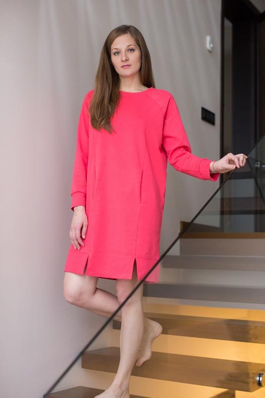 Платье домашнее Marusя, цвет: коралловый. 160002. Размер XL (50)160002Домашнее платье Marusя выполнено из хлопка с добавлением эластана. Модель средней длины с длинными рукавами имеет круглый вырез горловины. Спереди изделие оформлено двумя втачными карманами.