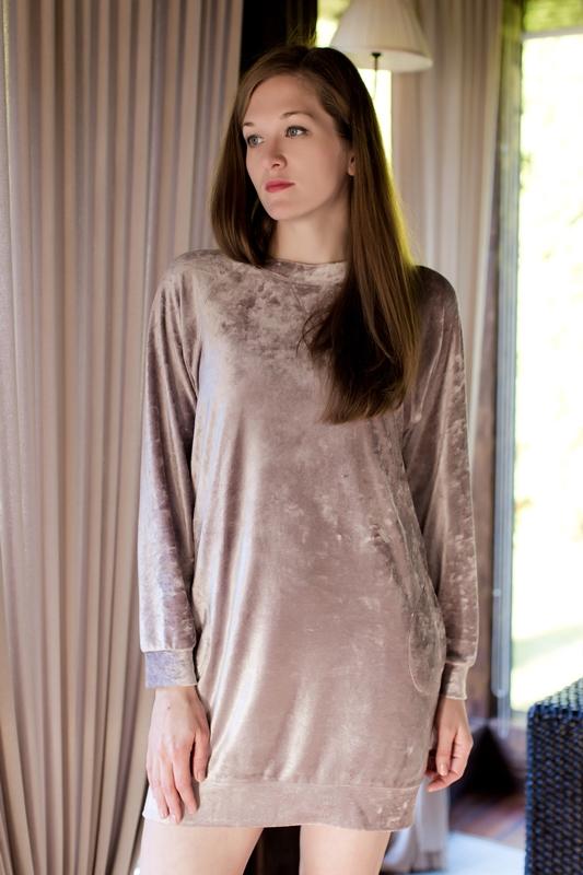 Платье домашнее MARUSЯ, цвет: бледно-розовый. 160030. Размер S (44)160030Комфортное домашнее платье от бренда MARUSЯ покорит вас своим лаконичным дизайном и практичностью. Изделие выполнено из высококачественного материала, приятного на ощупь. Модель прямого кроя с длинными рукавами и круглым вырезом горловины спереди дополнена двумя втачными кармашками. Манжеты рукавов и низ изделия отделаны широкой трикотажной резинкой. Уютное и модное платье - прекрасный вариант для дома и отдыха.