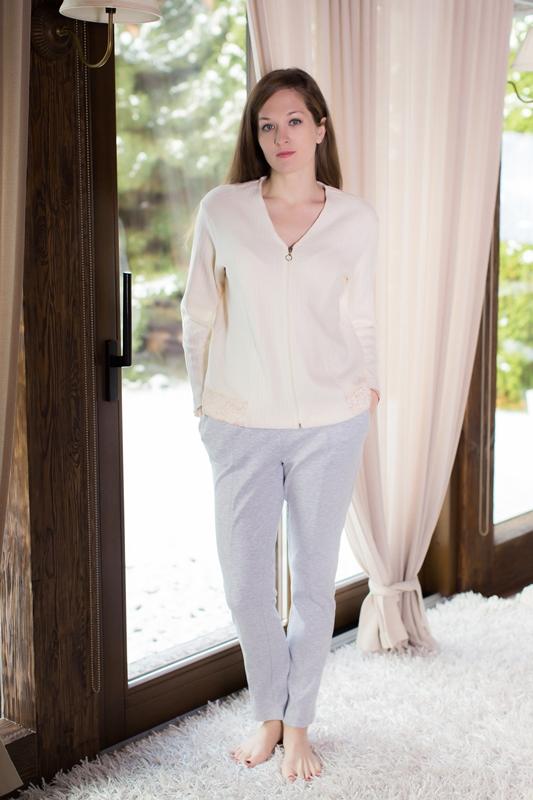 Комплект домашний женский Marusя: кофта, брюки, цвет: экрю, серый. 166015. Размер XL (50)166015Женский домашний комплект Marusя включает в себя кофту и брюки. Комплект изготовлен из приятной на ощупь смесовой ткани. Брюки дополнены карманами. Кофта с длинными рукавами и V-образным вырезом горловины дополнена застежкой-молнией.